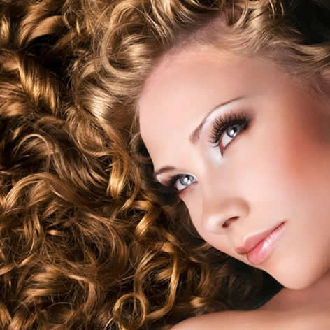 vrouw gekrulde haren